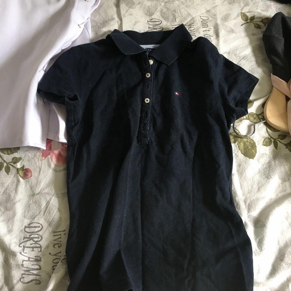 Marinblå i färgen. Super skön! . Skjortor.