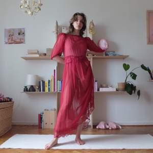 SAY YES TO THE DRESS ! vintage klänning med spets och puffärmar i fint skick! storlek S-M. möter upp vid stigbergstorget/gbg eller 66kr frakt :)