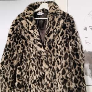 Säljer min leo pälsjacka som Linn Ahlborg designat för NAKD. Den är väl använd men ser ut precis som ny! Köparen står för frakten :)