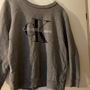 Äkta calvinklein tröja i stl XS. Passar S också. I jätte bra skick, behöver bara strykas lite