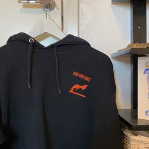 FET hoodie från Weekday! Svart med orangea detaljer. Skit skön och smygg! Storlek Xs, oversized funkar även som M! Intressekonflikt då jag verkligen gillar denna 🌟