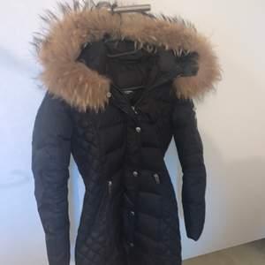 Säljer denna fina jackan från rock and blue i st 32/Xs. Väldigt fint skick och passar perfekt nu i vinter, jättefin passform och slutar lite ovanför knäna, skriv privat för mer info och bilder! Köpt för 3000