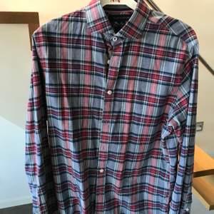 Skjorta från Tommy Hilfiger storlek S. Röd grå rutig med lite grönt