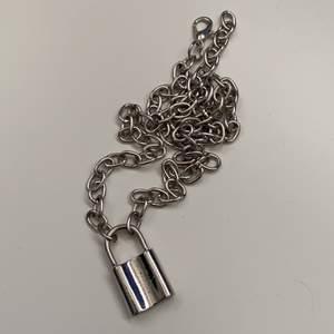 Silvrigt halsband med ett lås! Knappt använt, coolt