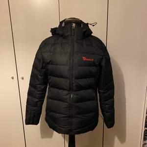 Tjock, svart vinterjacka. Perfekt till skid- och slalomåkning eller för kalla dagar under vintern. Använts ca 3 gånger. I storlek L och priset ligger på 300kr.