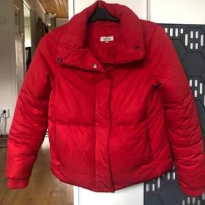 Röd puff jacka i Stl XS, säljer då den inte kommer till användning. I väldigt fint skick, köparen står för frakten.