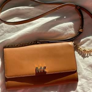 1.Pebbled Leather Convertible Crossbody Bag nästan ny skick Ny pris 1500kr  Säljer för 500kr