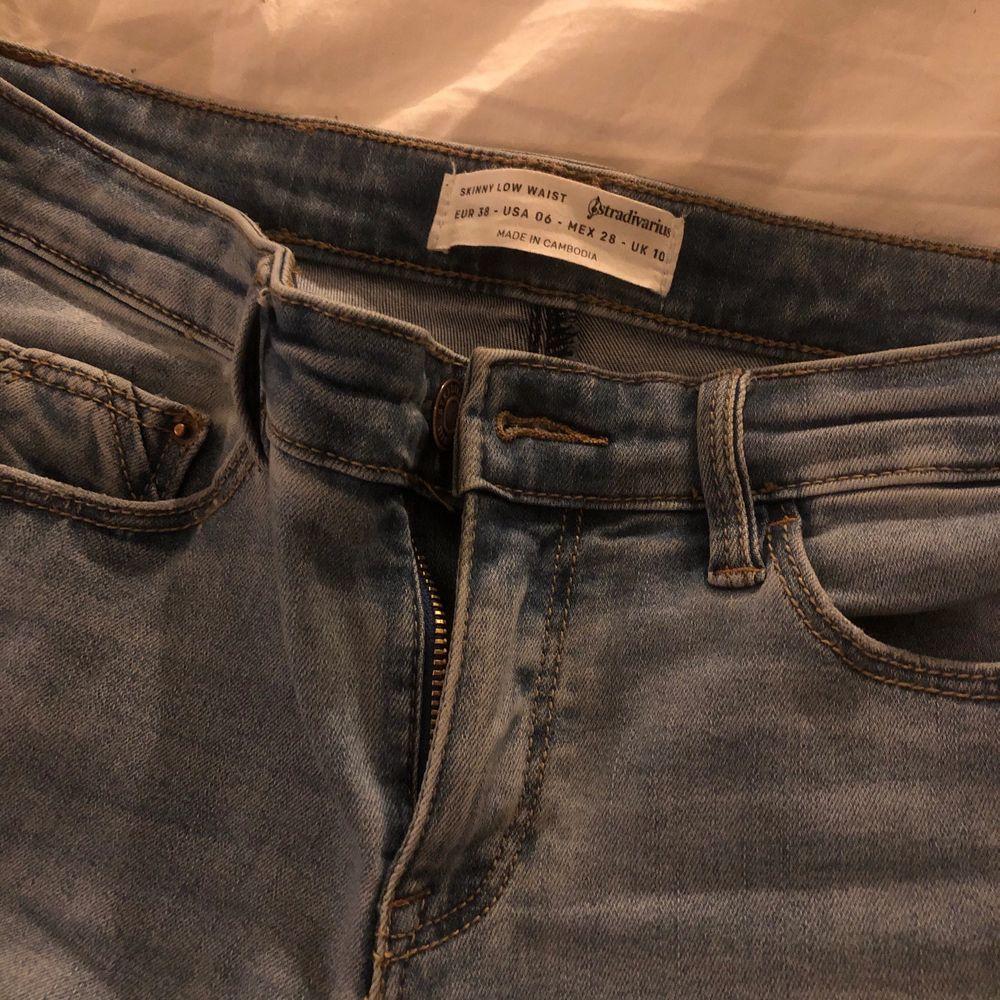 Svin snygga jeans i stl.28  med slitningar nertil. Säljer dom då dom är för små för mig.☁️. Jeans & Byxor.