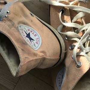 Snygga converse skor i en ljusorange/laxrosa färg. Pris kan diskuteras, säljer då de tyvärr är för små för mig. Skriv för fler bilder! De är i använt men bra skick, nytvättade