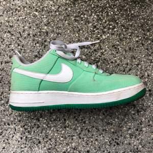 Säljer dessa Nike air i en as ball grön färg. De är lite smutsiga i kanten därav lågt pris. De kommer ej till användning och är för fina att skrota i min skohylla 💛💛