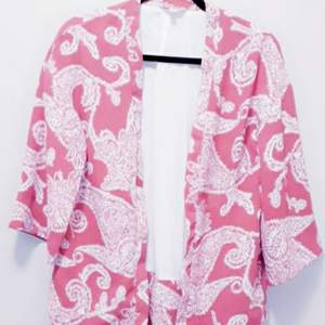 Supersnyggt kimono/kavaj från INDISKA. Köptes förra året. Använd max 5 gånger. Översize i en ceriserosa nyans.