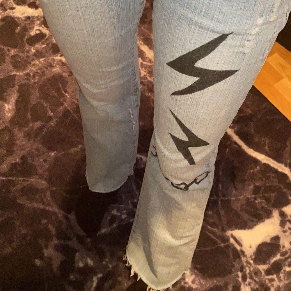 Ljusblåa bootcut jeans, superfint skick! . Jeans & Byxor.