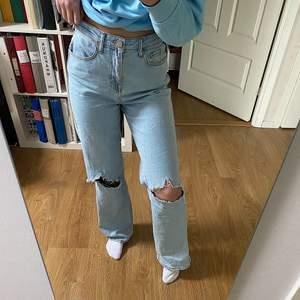 Säljer dessa skitsnygga vida jeans med hål som jag köpt från madlady. Säljer pga att jag har för många sånna💖 Dom är i storlek 34 men skulle kunna passa en större storlek pga att dom är större i storleken😁Köparen står för frakten, eller mötas upp i Linköping!!