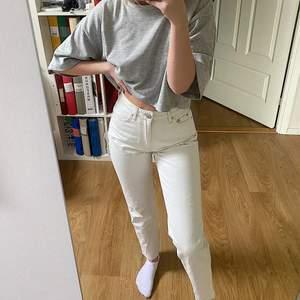 Säljer dessa jättesnygga vita mom jeansen med brun/bege sömmar från Gina!