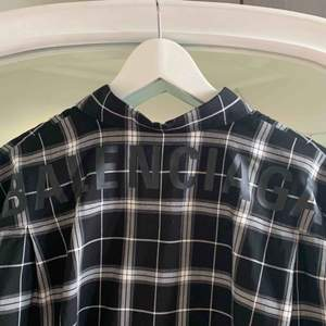 Skjorta från Balenciaga inköpt i butik i Monaco i somras ☀️  Storlek 37 EU herrskjortor, sitter oversized ner till knäna på mig som är 165cm och vanligtvis en storlek S 🥰  Nypris 595 euro / ca 6400kr och använd 2 ggr. Cond. 9/10.  Kvitto finns.