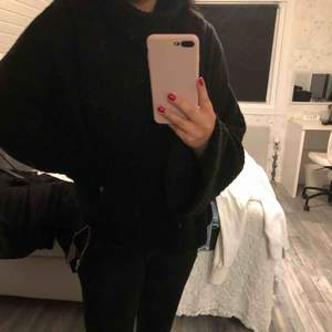 En svart tunnstickad polo från Gina tricot, stl XL men mer som en M/L då den är längre i armarna och kortare vid magen