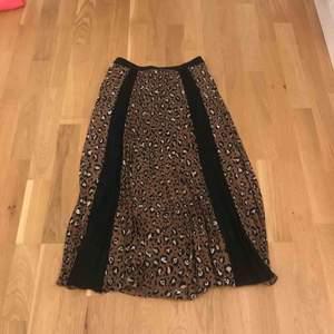 Super snygg leopard kjol, aldrig använd. Den har två svarta sträck på sig om man kan välja att ha fram eller bak