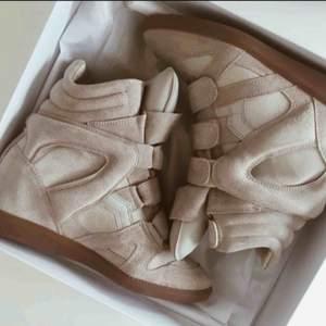 Isabel marant skor Som nya, använt 2-3 gånger  Nypris 4399:-  Storlek 39 men skulle säga att de passar en 38.  Dustbag och låda finns.