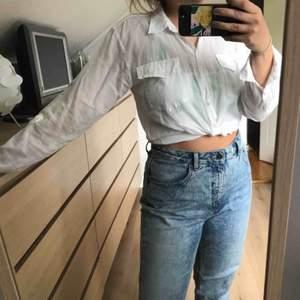 Vit skjorta från Pret a Porter, använt skick men inte sliten. Snyggt, lagom genomskinlig.