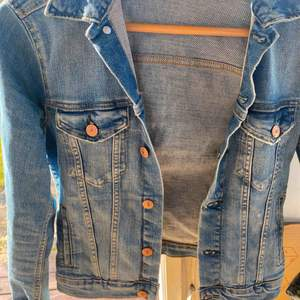 En jeansjacka ifrån hm. Använd en del men inget som syns. Köpte för 200kr men säljer billigt för vill bli av med den då jag inte använder den längre. Passar perfekt om man typ vill bleka den coolt eller likande🌟🌟