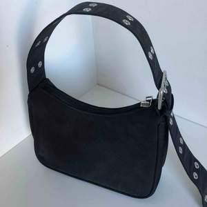 Superfin väska från weekday, säljer pga den inte kommer till användning. Skicka Dm för fler bilder! Kan mötas upp i Stockholm eller frakta för 40kr