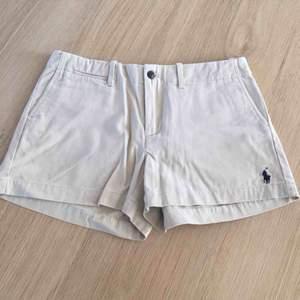 Helt oanvända shorts från Ralph Lauren. Storleken är 2 och det ungefär som S. Deras märke finns längst ner på vänstra sidan.   Bud från 190kr Frakt tillkommer.
