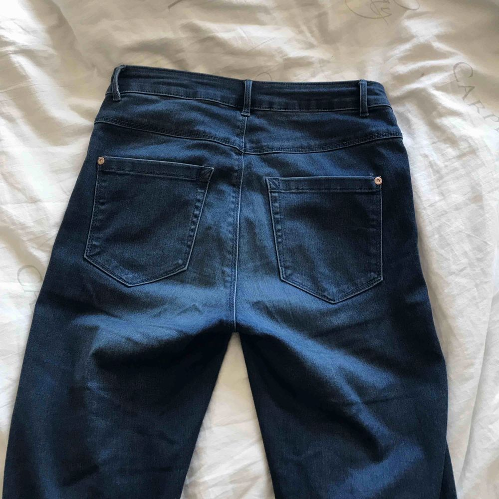 Säljer ett par basic blå jeans som funkar till allt! Frakt tillkommer🐬🦋. Jeans & Byxor.