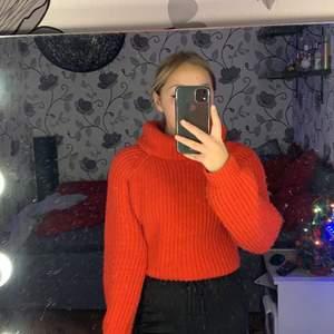 Jätte mysig stickad röd tröja köpt för cirka ett år sedan. Säljer den nu för att det inte riktigt är min stil längre. Den är i ett super fint skick, knappt använd. Passar alla från XS-M själv är jag en xs/s.