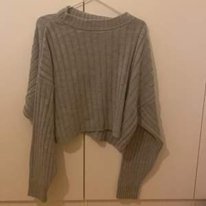 Helt oanvänd tröja  längre där bak o lite kortare där fram  helt hållfri  stor i storlek passar som en XS oxå frakt 44kr