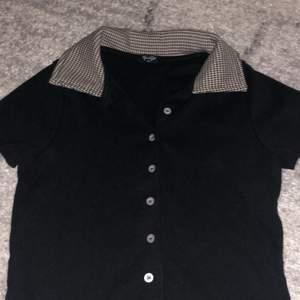 Jätte fin svart tröja med rutig krage jag köpte för ett tag sen i usa på pac sun. Jag säljer den nu för det är inte riktigt min stil och har inte användt den så mycket.