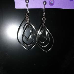 Snygga clips-örhängen som jag nu inte använder längre. De är ca 5 cm långa🌸. Clipsen går att byta ut mot nålar.