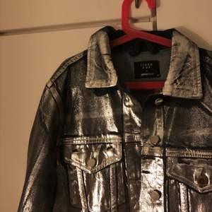 Skitball silver jeansjacka från ginatricot x Icona Pop i storlek M. Använd sparsamt.