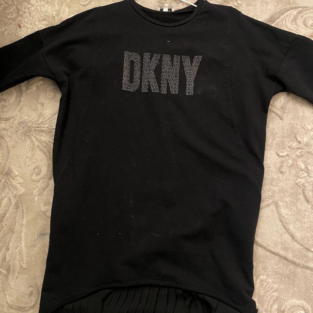 jättefin dkny klänning i svart med lite volang längst ner. Klänningar.