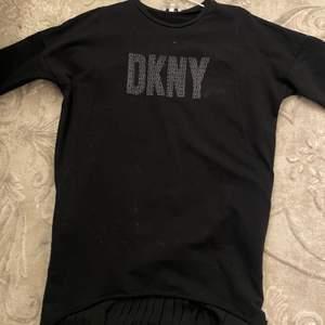 jättefin dkny klänning i svart med lite volang längst ner