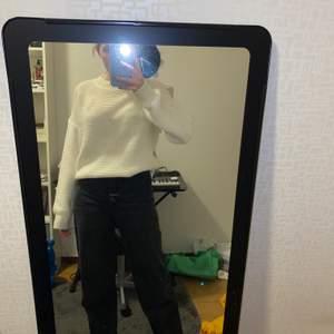 Storlek S sitter som S/M En vit grov stickad tröja använd två gånger  Bra kvalitet  Lös passform men lite figursydd