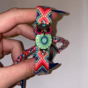 Ett jättefint armband man reglerar storleken själv anpassat för din handled, en Uggla broderad på överdelen