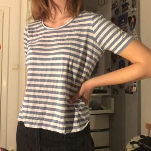 Randig t-shirt från size 8 needle i storlek s, bra skick och aldrig använd❣️