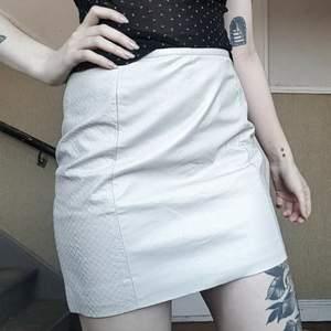 SKITSNYGG benvit kjol i fuskskinn!! fina men diskreta detaljer på sidan 😌 Helt ny med prislappen kvar!!  Storlek 36 men stor i storleken, den är mer som en 38 eller tillomed 40 Nypris 249kr 100kr