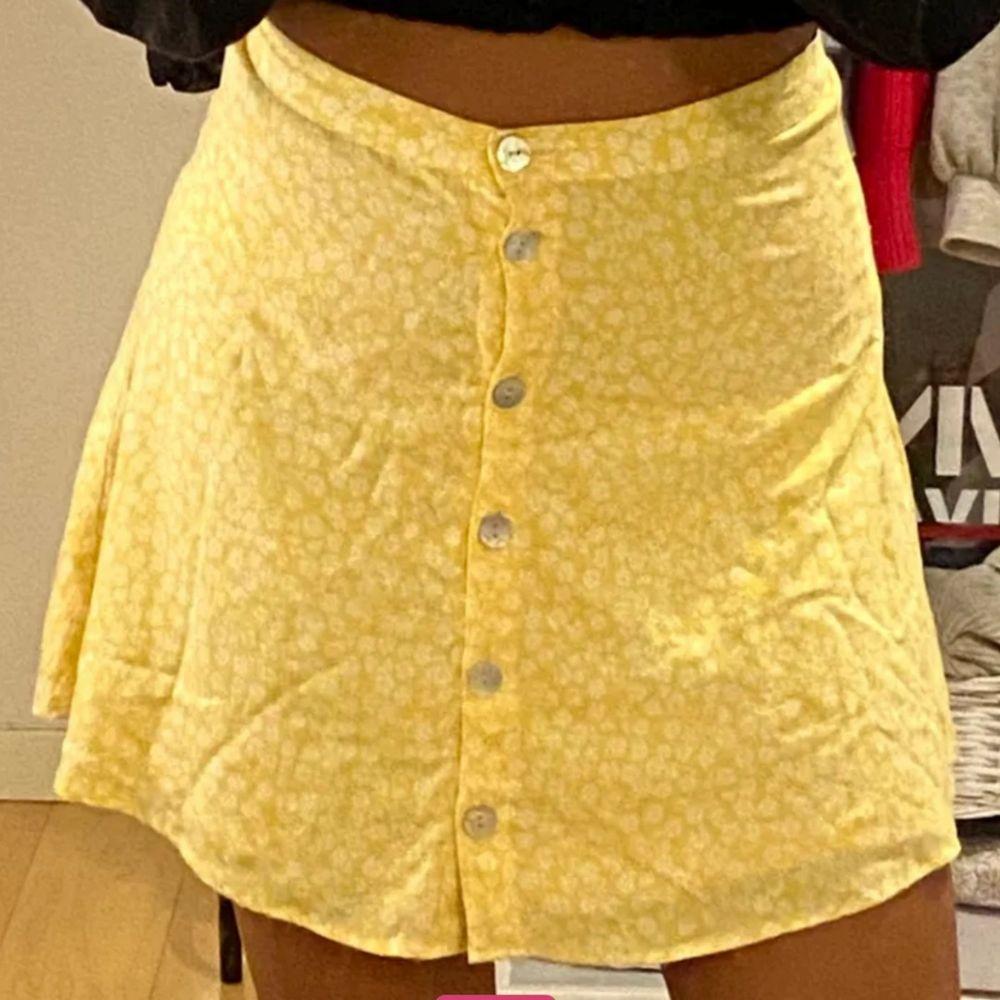 Gul fin blommig kjol jag köpt på Plick där storleken inte stämde när den kom fram så där av säljer jag:/ . Kjolar.