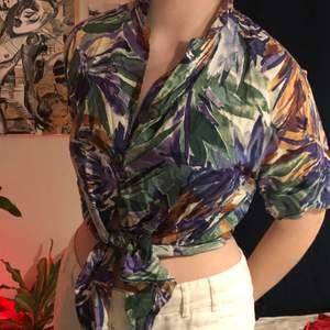 Färgglad knyt skjorta med lila-grön-orangt mönster. Storlek M. Väldigt sommrig. Knappt använd. Köparen står för frakten. Buda gärna i kommentarerna 😌✨
