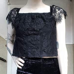 Helsvart croptop i spets från Hollister sååå goth o fin! 🕷✨ Passar till allt! Skitsnygg till långkjol eller jeans 😍 Storlek xs, är som en S 100kr inkl frakt