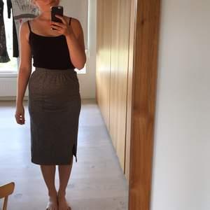 Ball halvlång kjol (beror på din längd samt om du drar upp kjolen till midjan eller har den vid höften) från Monki. Använd två gånger.