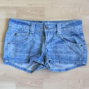 korta jeansshorts med fickor fram och bak, dragkedja och en knapp🌻