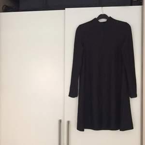 Svart enkel, smått klockad klänning med minipolo. Supersnygg ! FRI FRAKT !