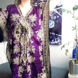 Onesize klänning med världens finaste mönster! Finns snöre i midjan. Har inte blivit använd tyvärr, endast provad!