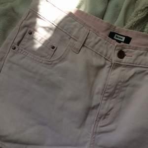 Jeansshorts i ljus pastelrosa. Avklippt sliten kant. Passar en S/M.