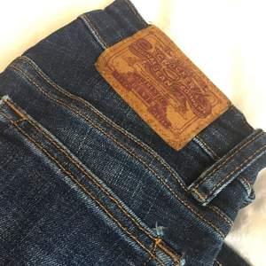 Oanvända mörkblåa Crocker jeans i modellen Hit Low. Storlek: 23/32 Fraktar ej, möts endast upp i Stockholm