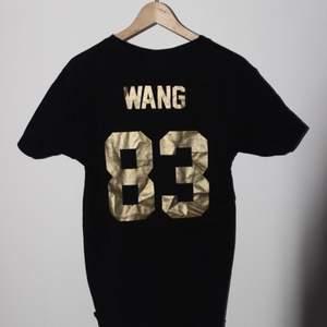 T-shirt från Les Artists köpt 2017 på NK för 500kr. Använd ca. 5 ggr. Den är i storlek medium och passar som en medium brukar, är 187 cm så tröjan är kanske något längre än normalt. Även snygg oversize.