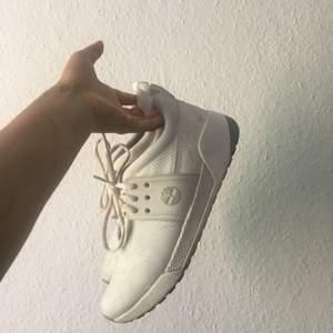 Sneakers från Timberland, använda ca 6 gånger. Supersnygga men för små för mig. Passar lätt en 37a eller en 38a som orkar gå in i dem! ❤️