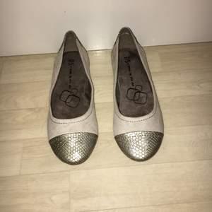 Söta o fina skor från dinsko. Dessa har legat hemma ett tag helt utan användning, säljs p.g.a att jag har för många ballerina skor. Bekväm sula! Säljs för 200kr plus frakt, möts inte upp. Betalning sker via swish om det önskas👍